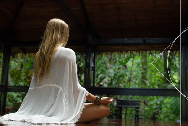A free 10 minute guided meditation for anxiety and fear to help your mind find peace and tranquility by Juliana Spicoluk from Boho Beautiful.