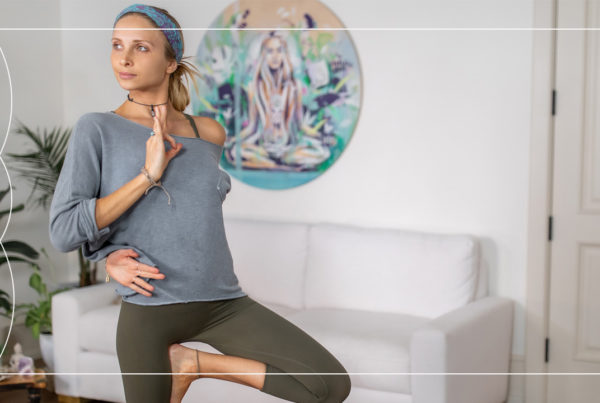 A 20 Minute free Boho Beautiful Yoga class to build power in your core & abs. Build strength & stability with yoga teacher Juliana Spicoluk.